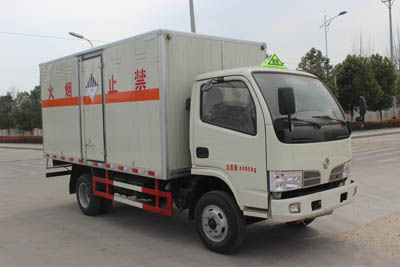 东风多利卡3.8米杂项危险物品厢式运输车