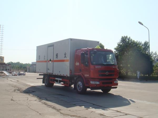 柳汽乘龙7.65米危险废物运输车