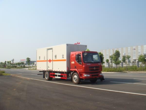 柳汽乘龙7.65米易燃气体厢式运输车