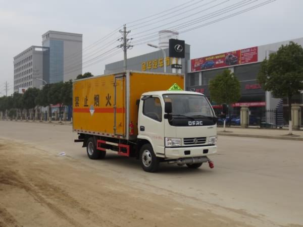黄牌 东风4.1米废电池危险品运输车